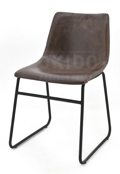 De stoel Logan PU bruin heeft een zwart metalen slede onderstel