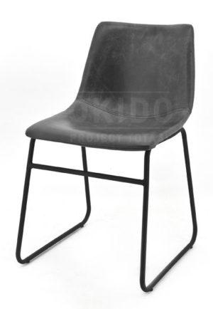 De stoel Logan PU antraciet heeft een zwart metalen slede onderstel.